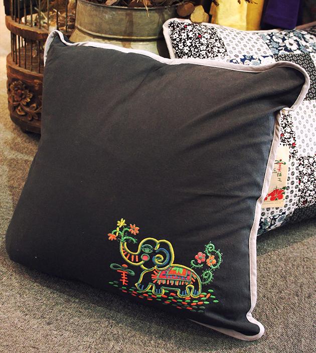 刺繡抱枕 3