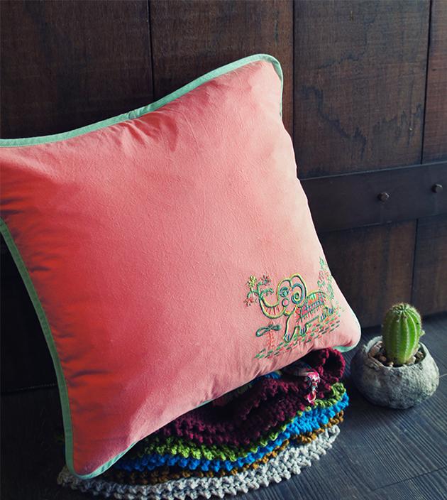 刺繡抱枕 1